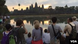 A group of international tourists taking photos of the sun rising at Angkor Wat temple on Sunday, January 10, 2016. (Hul Reaksmey/VOA Khmer)