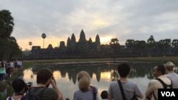 Group of international tourists were waiting for taking photos of sunrise at the dawn at Angkor Wat temple on Sunday, January 10, 2016. (Hul Reaksmey/VOA Khmer)