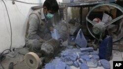 Seorang pekerja pada pabrik batu lapis lazuli di Kabul, Afghanistan (foto: ilustrasi).