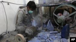 Seorang pekerja di sebuah pabrik di Kabul, Afghanistan(too: dok). Global Witness, sebuah kelompok advokasi berbasis di London, baru-baru ini mengatakan, penyelundupan mineral kiri merupakan sumber pendanaan terbesar kedua Taliban setelah produksi opium di bagian selatan Afghanistan.