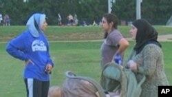 伊斯蘭教婦女在一個公園裡會晤
