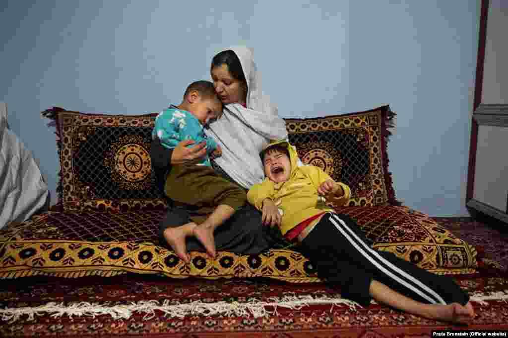 سحر ۲۷ ساله با دوفرزند معلول اش عبدالمصور راست و احمد مدثر چپ در خانه ای شان در کابل. شوهر وی در سال ۲۰۱۲ در حمله ای انتحاری نزدیک به زیارت ابوالفضل در شهر کابل کشته شد و در آن زمان سحر هشت ماه حمل داشت و به دلیل اندوه و صدمه ای مرگ شوهر، نوزاد وی معلول به دنیا آمد. او سواد ندارد و بیکار است و بعد از مرگ شوهرش مجبور ساخته شد تا با برادرشوهر خود ازدواج کند.