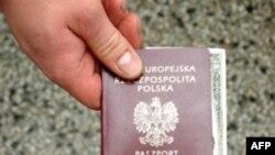 Những người nhập cư bất hợp pháp đến Anh thông qua việc sử dụng những giấy tờ giả mạo hoặc dùng thị thực gian lận đến Châu Âu