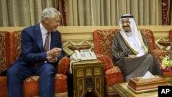 Saudiya Arabistoni Mudofaa vaziri Salmon bin Abdulaziz AQSh Mudofaa vaziri Chak Xeygl bilan, Riyod, 23-aprel, 2013