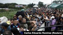 Personas hacen fila para tratar de cruzar a Venezuela desde Colombia a través del puente internacional Simón Bolívar en Cúcuta, Colombia, el 13 de febrero de 2018. REUTERS / Carlos Eduardo Ramírez