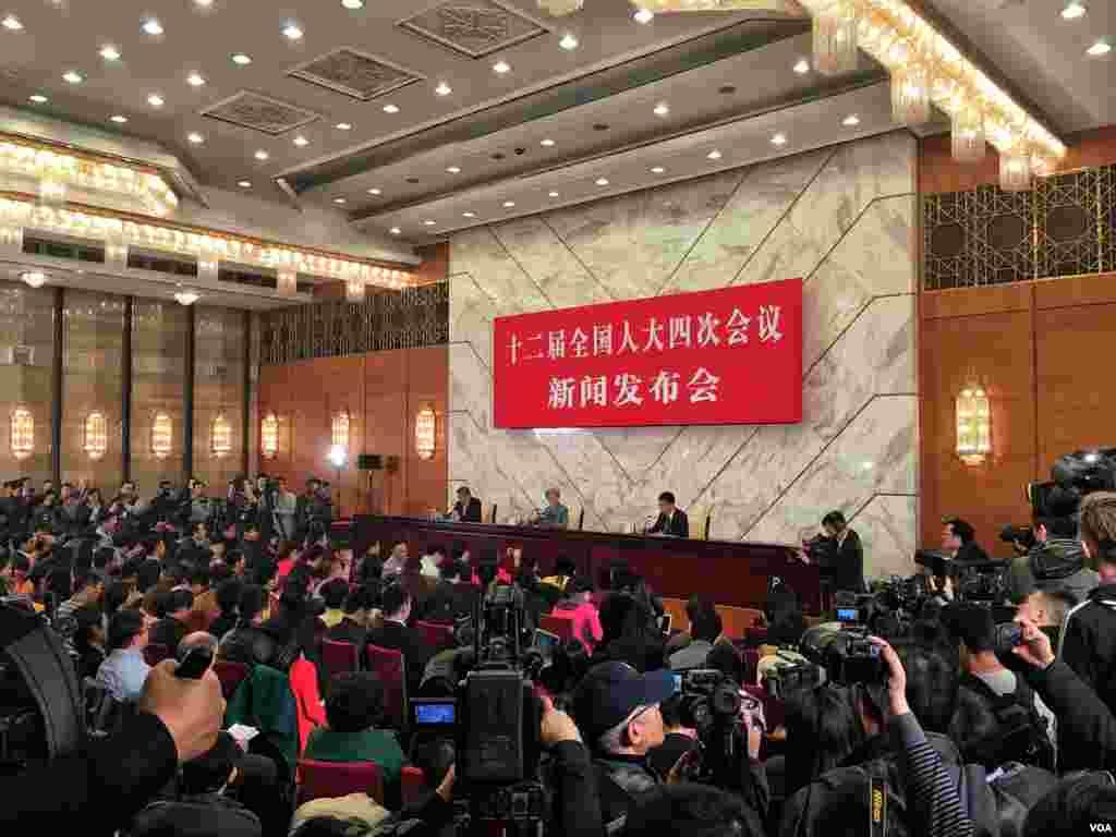 中国人大12届4次会议在北京人民大会堂召开记者会。(美国之音金子莹拍摄)