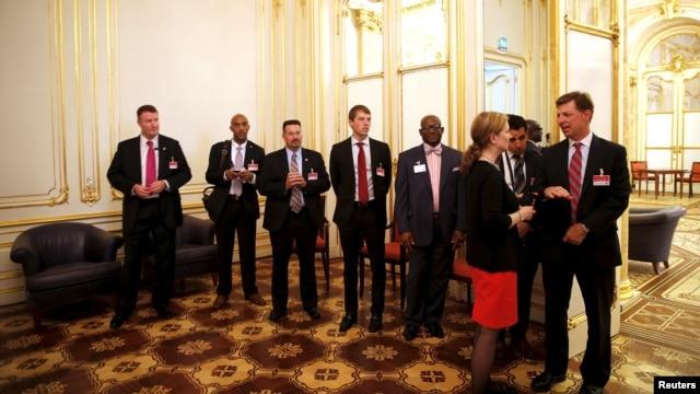 Miembros de la delegación estadounidense esperan a que termine una reunión entre el secretario de Estado, John Kerry y su contraparte iraní.