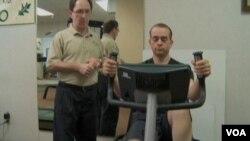 在一次滑雪事故中損傷了左小腿的大部分肌肉組織的尼古拉斯•克拉克。(視頻截圖)