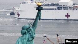 """Судно-шпиталь військового флоту США """"Комфорт"""" базується у Нью-Йорку, на Манхеттені"""