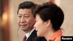 한국을 방문한 시진핑 중국 국가주석(왼쪽)이 3일 청와대에서 박근혜 한국 대통령과 정상회담을 가졌다. 시 주석이 회담 후 공동기자회견에서 박 대통령의 발언을 듣고 있다.