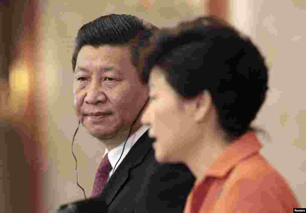 Chinese President Xi Jinping listens as his South Korean counterpart Park Geun-hye speaks during their joint news conference at the presidential house in Seoul, July 3, 2014.
