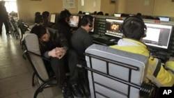 北京年轻人在网吧里使用电脑(资料照片)