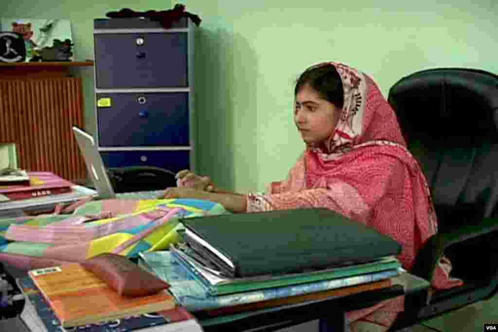 ملالہ یوسف زئی کمپیوٹر پر کام کر رہی ہیں