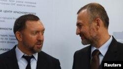 En+集团总裁奥列格·德里斯帕卡与西伯利亚媒体能源公司和西伯利亚发电公司主要控股者安德烈·梅尔尼琴科在莫斯科参加一次签字仪式。(资料照)