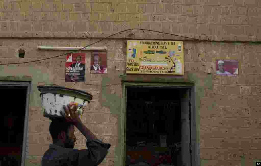 Affiches du candidat Dramane Dembélé au marché central de Bamako