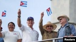 Tân Chủ tịch Cuba Miguel Diaz-Canel (thứ hai từ trái sang) và người tiền nhiệm Raul Castro (thứ hai từ phải sang).
