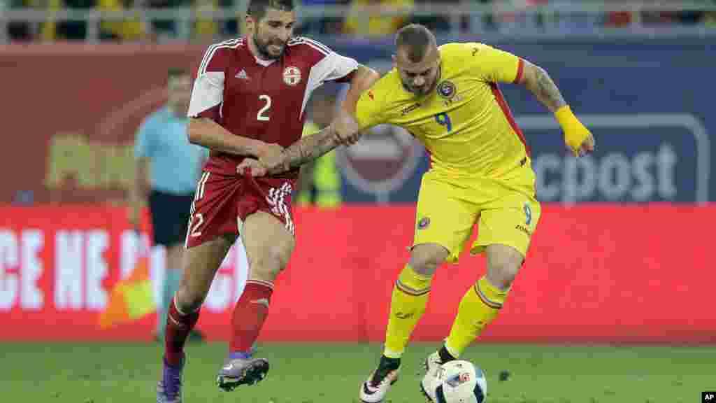 Denis Alibec de la Roumanie, controle ballon face a Ucha Lobzhanidze de la Géorgie, lors d'un match amical le 3 juin, 2016.