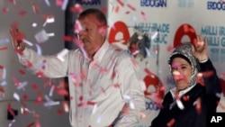 2014年8月8號土耳其總理埃爾多安和他的妻子向他的支持者揮手致意。