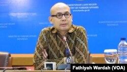 Juru bicara Kementerian Luar Negeri Arrmanatha Nasir memberikan keterangan di Jakarta (VOA/Fathiyah).