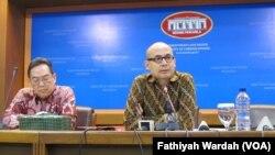 Juru bicara Kementerian Luar Negeri Arrmanatha Nasir dalam jumpa pers di kantornya Rabu (16/12). (VOA/Fathiyah Wardah)