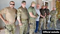 Командир батальйону «Азов» поряд з європарламентарем Яроміром Штєтіною (Фото: Petra Procházková)