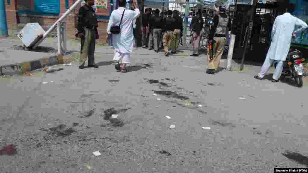 پشاور میں سکیورٹی فورسز سے مقابلے میں چار خودکش حملہ آور بھی مارے گئے ہیں۔