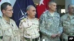 قوماندان ناتو و عراقی حین مراسم ختم ماموریت ناتو در عراق