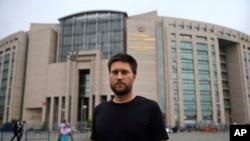 Andrew Gardner, peneliti untuk Turki Amnesty International, berfoto di luar pengadilan Istanbul, 17 Juli 2017. Enam aktivis hak asasi manusia Turki, termasuk direktur Turki Amnesty International Idil Eser dipenjara atas tuduhan membantu teroris.