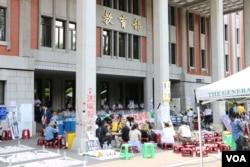 台湾学生在教育部门前示威(美国之音杨明拍摄)