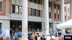"""2015年8月,台湾学生和民众在教育部前示威,反对""""黑箱课纲""""。(美国之音杨明拍摄)"""