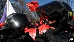 在中國國家主席習近平訪問布拉格期間,捷克防暴警察分離抗議和支持習近平的人群。(2016年3月29日資料照)
