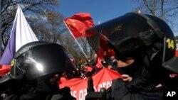 Cảnh sát chống bạo loạn của Séc bảo vệ những người ủng hộ Trung Quốc tuần hành nhân chuyến thăm của Chủ tịch Tập Cận Bình năm 2016.