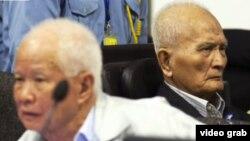 前紅色高棉領導人喬森潘(左)、農謝(右)出庭受審 (資料圖片)