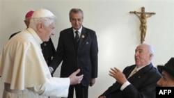 Ðức Giáo Hoàng gặp Thủ tướng Đức Helmut Kohl, một nhân vật quan trọng trong công cuộc thống nhất Đông Ðức và Tây Đức