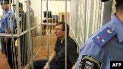 Ուկրաինայի ներքին գործերի նախկին նախարար Յուրի Լուցենկոն՝ մեղադրյալների վանդակում (արխիվային լուսանկար)