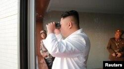 Nhà Lãnh đạo Bắc Triều Tiên Kim Jong Un quan sát một vụ phóng phi đạn đạn đạo. (ảnh do Thông tấn xã KCNA của Bắc Triều tiên công bố ngày 30/5/2017)