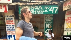 Journalist Matthew Stein scouts a location for a video shoot about datingcultures.com, a website that promotes cultural understanding by talking about how to date around the world, in Kampala, Uganda, April 10, 2015. (Steve Terrill/VOA)