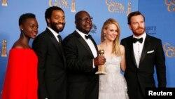 12일 미국에서 열린 제 71회 골든 글로브 시상식에서 영화 '노예 12년'이 드라마 부문 작품상을 수상한 가운데, 출연 배우들이 기념촬영을 하고 있다.
