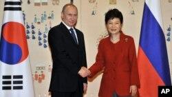 13일 방한한 블라디미르 푸틴 러시아 대통령(왼쪽)이 박근혜 한국 대통령과 청와대에서 정상회담을 가졌다.