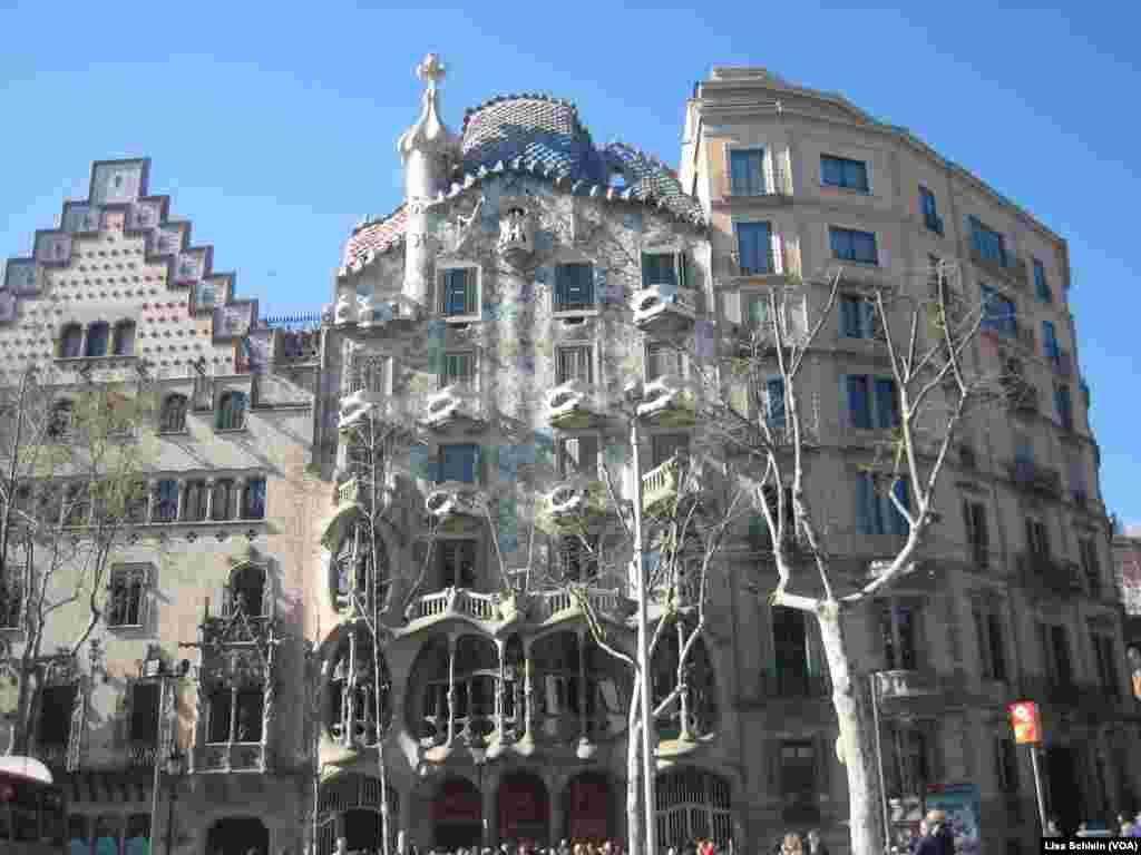 Casa Batllo di Barcelona, karya arsitek Catalonia, Antoni Gaudi, memiliki kualitas kerangka seperti tulang, membuat warga lokal menyebutnya Rumah Tulang.