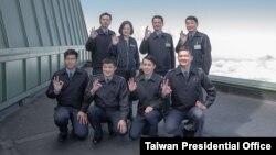 台湾总统蔡英文10月13日前往乐山雷达站视察空军侦蒐预警中心。(图片来源:台湾总统府网站)