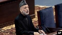 Presiden Afghanistan Hamid Karzai memberikan sambutan dalam pertemuan hari pertama Loya Jirga di Kabul, Afghanistan (21/11).