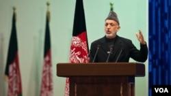 Presiden Afghanistan Hamid Karzai dalam pidato pembukaan Loya-Jirga di Kabul (16/11).