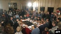 Các nhà báo theo dõi cuộc họp giữa các nhà lãnh đạo đối lập Nga và các nhà hoạt động tại Moscow, thảo luận về cuộc biểu tình dự định được tổ chức trước cuộc bầu cử tổng thống