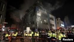 Muchas personas tratando de escapar de las llamas se congregaron en la terraza del centro deportivo a la espera de ser rescatadas.