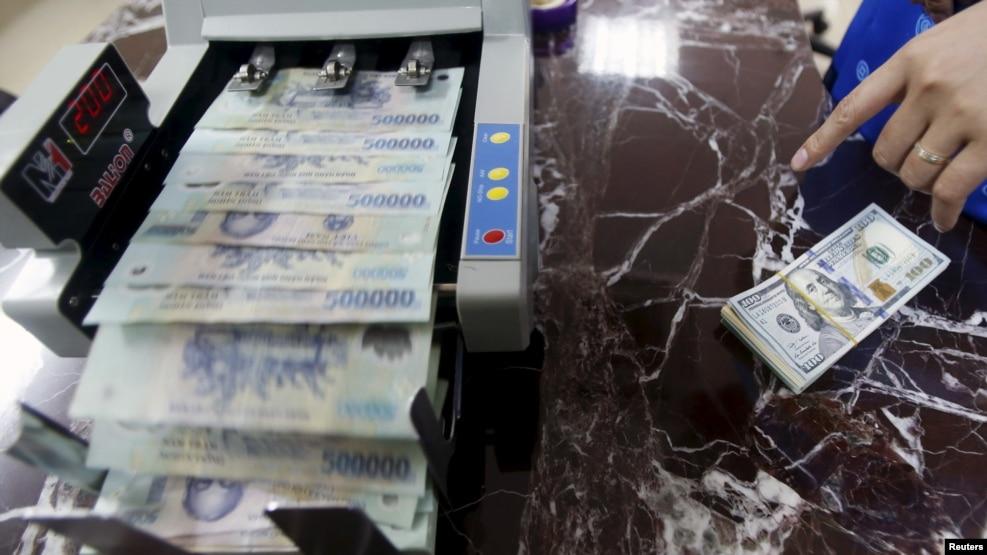 Theo VNExpress, mức giá của đồng tiền VND đã rớt xuống mức thấp nhất trong vòng 5 tháng qua so với đồng đô la Mỹ sau khi Ngân hàng Nhà nước quyết định nới lỏng các quy định về mức quy đổi ngoại tệ.