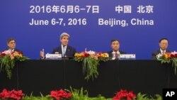 Từ tái: Bộ trưởng Tài chính Mỹ Jacob Lew, Ngoại trưởng Mỹ John Kerry, Phó Thủ tướng Uông Dương và Ủy viên Quốc vụ viện Trung Quốc Dương Khiết Trì tại Sảnh đường Nhân dân ở Bắc Kinh, ngày 7/6/2016.