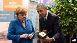اوباما و مرکل در حال بازدید از غرفه های نمایشگاه صنعت و تکنولوژی هانوفر