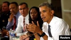 바락 오바마 미국 대통령이 13일 백악관에서 미국인들의 안전과 지역사회 신뢰 구축 등에 대해 관계자들과 대화를 나눴다.