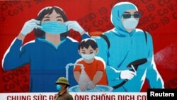 Biển quảng cáo khuyến khích đeo khẩu trang chống dịch Covid-19. Ảnh chụp ở Hà Nội ngày 3/4/2020. REUTERS/Kham